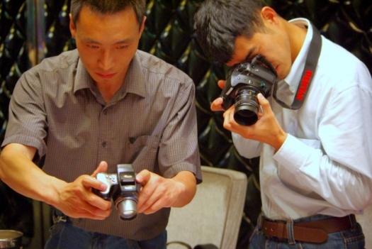 刺身消滅をとらえるカメラマン。