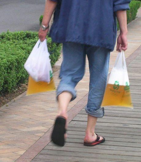 青島ではビールを袋入りで買うことができる。