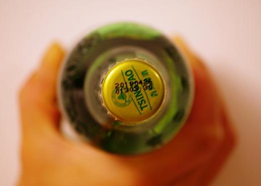 青島ビール瓶を真上から撮影