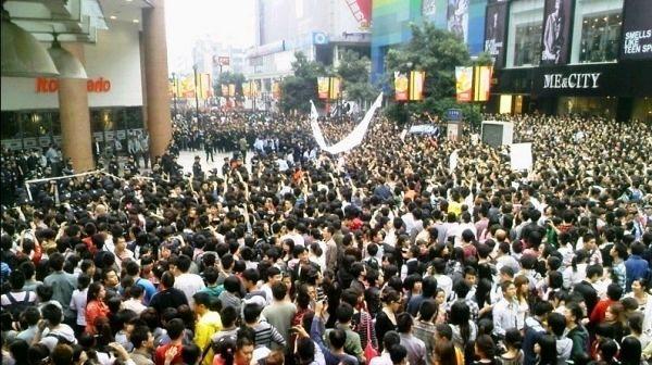 中国成都でおきたイトーヨーカドー前のデモ