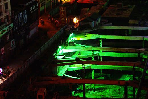 年中一晩中続いている青島市ジャスコ周辺の地下街工事。