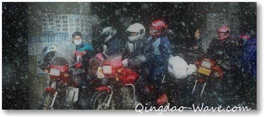 バイクでふるさとに向かう若者達。