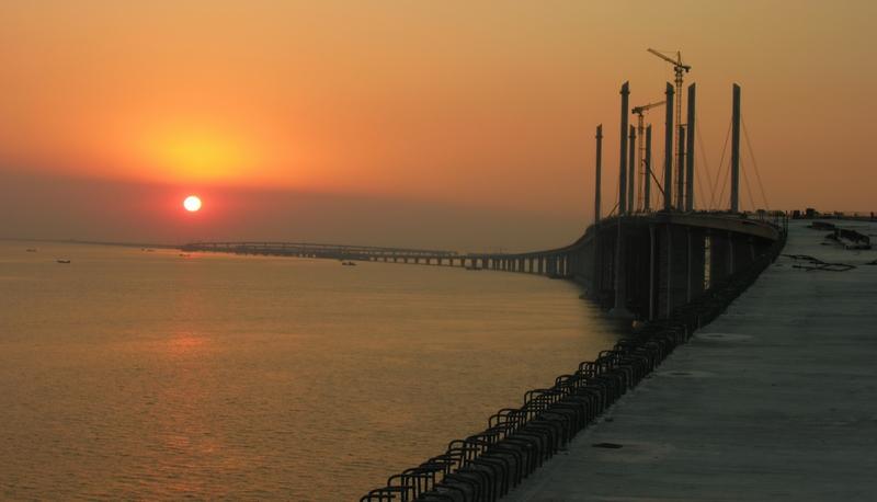 青島海湾大橋に沈む夕陽