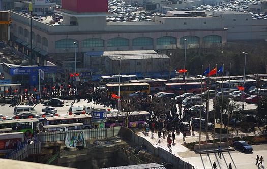 民工の怒り爆発、香港中路を遮断