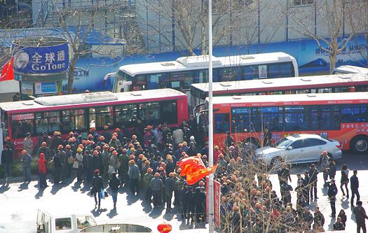 給料を払わない会社に腹を立て、民工が香港中路を遮断。