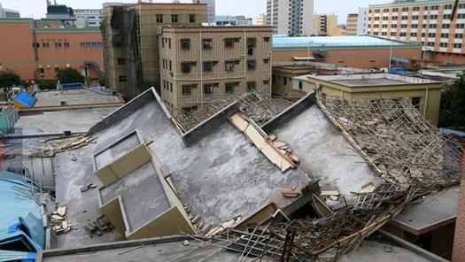 中国の珠海で倒壊した違法建築マンション