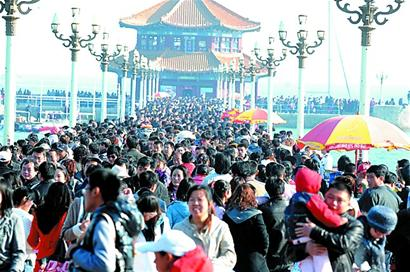 清明節の連休中、観光客でにぎわう青島の桟橋。