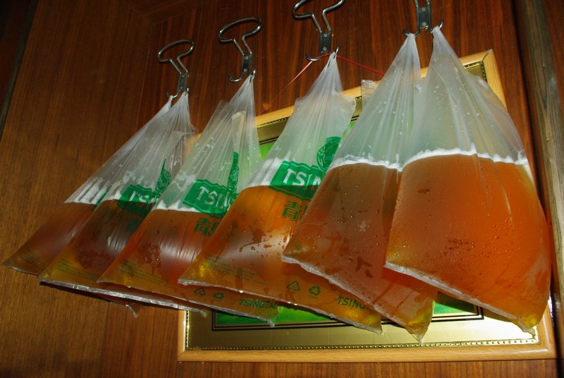 でたー 青島名物よ。扎啤(zha pi )=生ビール