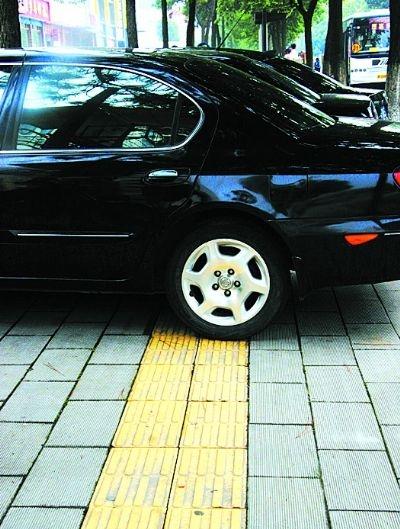 視覚障害者誘導用ブロックの上は駐車場