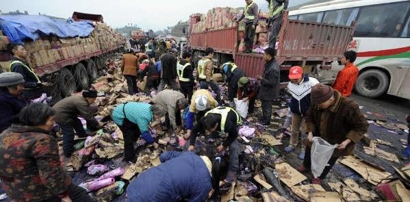 重慶のトラック事故で、村人の信じられない行動